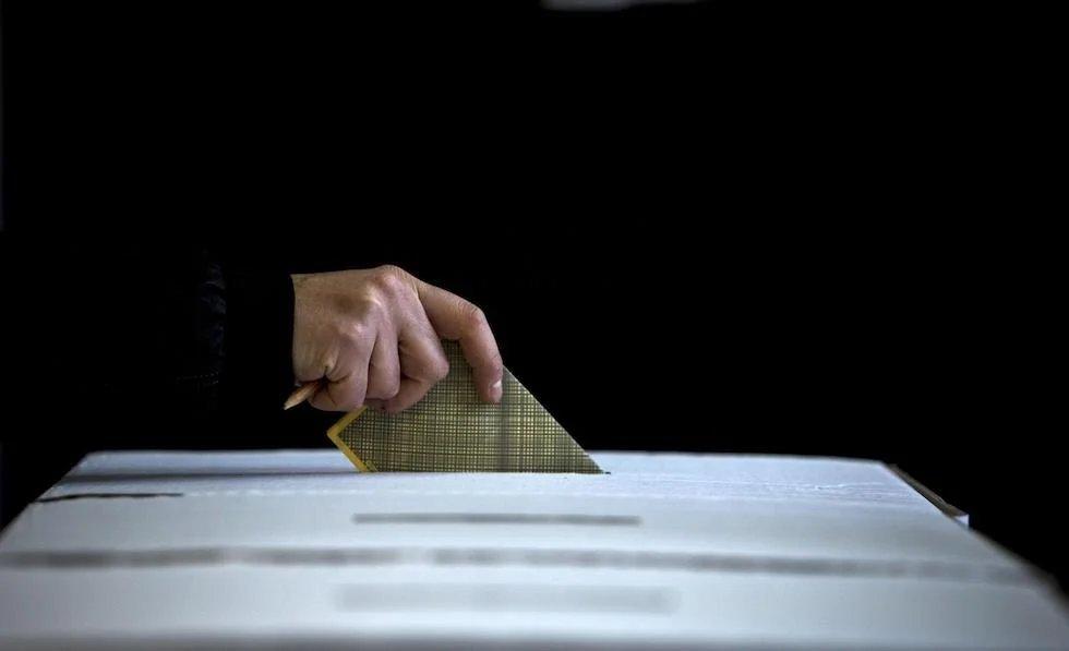 E' reato introdurre lo smartphone all'interno della cabina elettorale ?